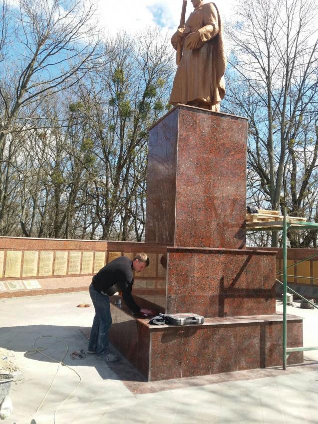 Альбом: Незабаром Україна відзначатиме День пам'яті і Примирення та День Перемоги.