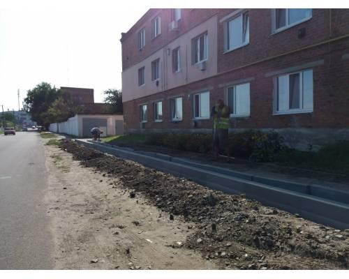 У місті продовжується ремонт дорожнього покриття та будівництво тротуарів.