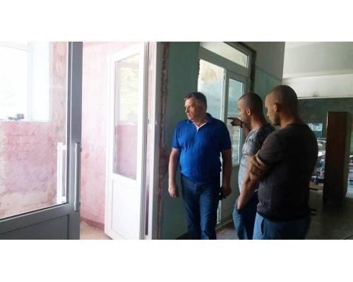 Міський голова перевірив хід ремонтних робіт вхідної групи у гімназії № 1
