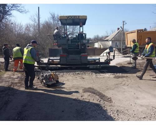 У місті Люботині продовжуються роботи із впорядкування території та ремонту доріг.