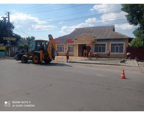 На сьогоднішній день проводиться капітальний ремонт тротуару та майданчику