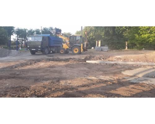 У міському парку розпочалися роботи з капітального ремонту дорожнього покриття майданчику перед Будинком культури.