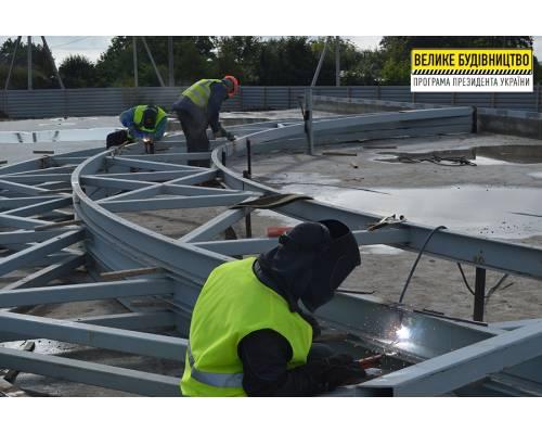 На будівництві ФОКу в Люботині працюють над встановленням купола